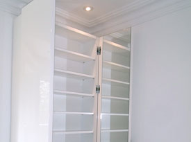 High-gloss shoe cabinet with mirrored doors